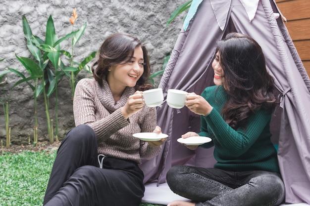 Hora do chá no quintal. dois amigos