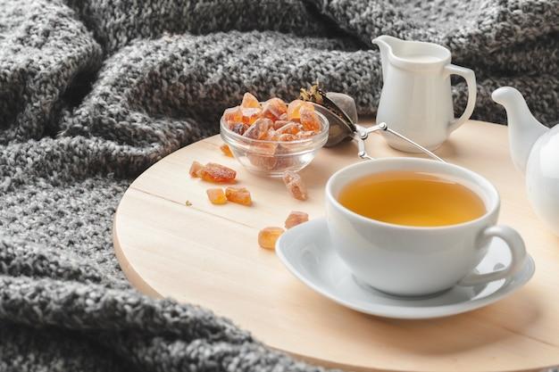 Hora do chá. xícara de chá em uma mesa lindamente decorada