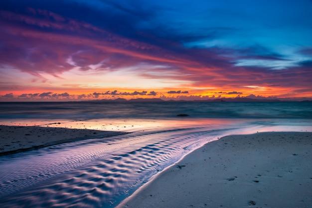 Hora do crepúsculo do sol na praia.