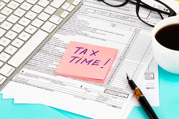 Hora do imposto - notificação da necessidade de apresentação de declaração de imposto, formulário de imposto no posto de trabalho contabilista.