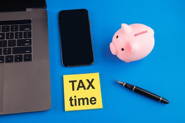 Hora do imposto - notificação da necessidade de arquivo de declaração de imposto, formulário de imposto no posto de trabalho contabilista.