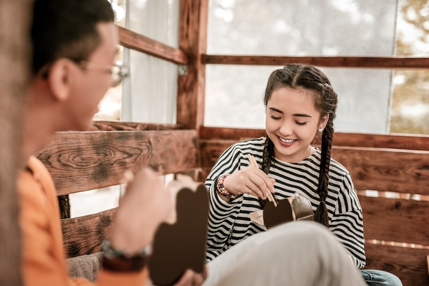 Hora do jantar. linda pessoa do sexo feminino expressando positividade enquanto olha para uma caixa com comida