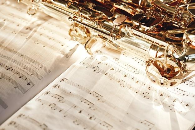 Hora do jazz close-up da imagem de um teclado brilhante de saxofone dourado deitado