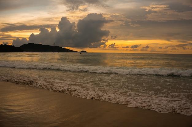 Hora dourada no litoral lindo, praia de patong, phuket.