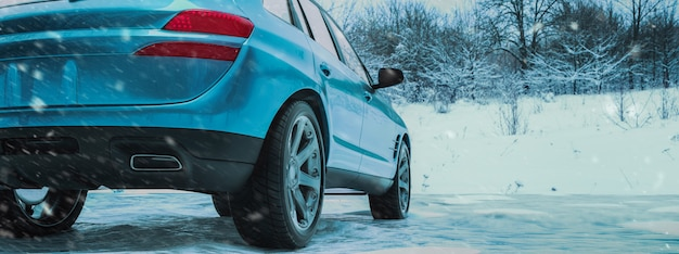 Horário de inverno e carro na neve.