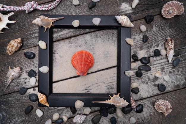 Horário de verão com conchas do mar na mesa de madeira