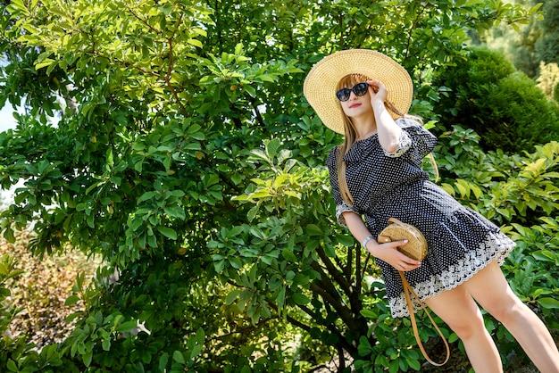 Horário de verão para uma linda mulher vestida com a natureza