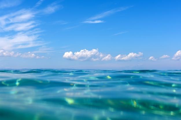 Horário de verão sob a água do oceano, com um raio de sol vindo da superfície