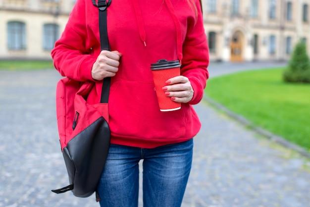 Horário de verão trabalhar no conceito de manhã. foto recortada de perto de uma senhora muito simpática segurando um corte com a tampa nas mãos