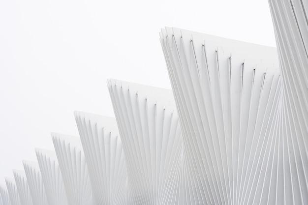 Horizontal tiro abstratos edifícios com costelas metálicas brancas e janelas de vidro