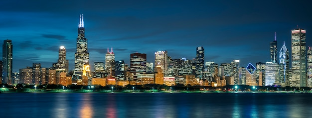 Horizonte com edifícios e arranha-céus em chicago
