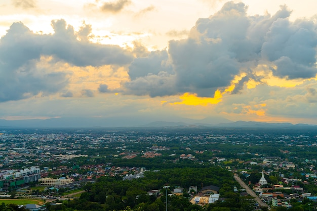 Horizonte da cidade de hat yai com o céu crepuscular em songkhla, na tailândia