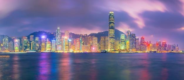 Horizonte da cidade de hong kong no panorama da china do outro lado do porto de victoria.