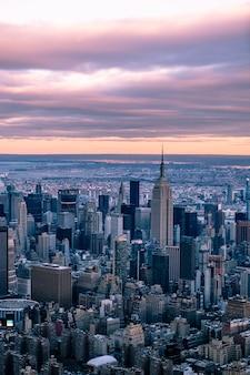 Horizonte da cidade de nova york ao pôr do sol, fotografia aérea, edifício empire state