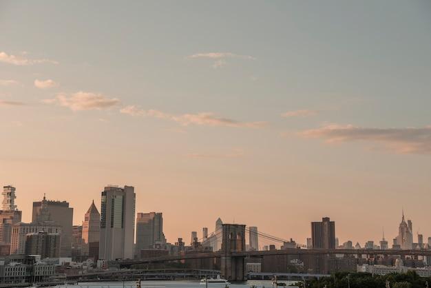 Horizonte da cidade de nova york com ponte de brooklyn