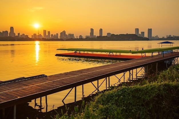 Horizonte da cidade de qingdao e sports center wharf