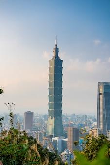 Horizonte da cidade de taipei com 101 torre ao pôr do sol