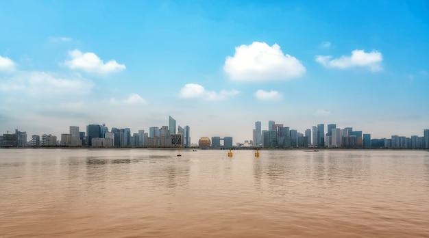 Horizonte da cidade moderna na cidade nova do rio qiantang, hangzhou, china