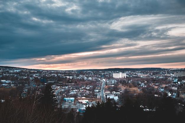 Horizonte da cidade sob céu nublado durante a noite