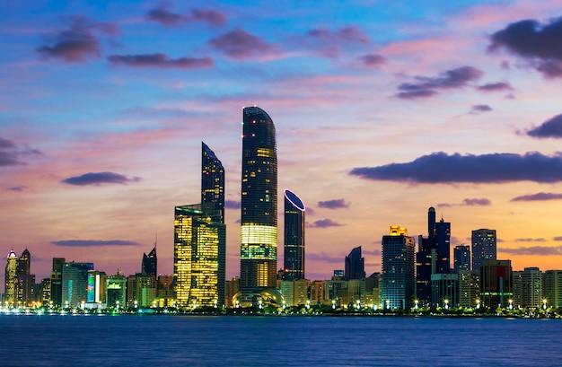 Horizonte de abu dhabi ao pôr do sol, emirados árabes unidos