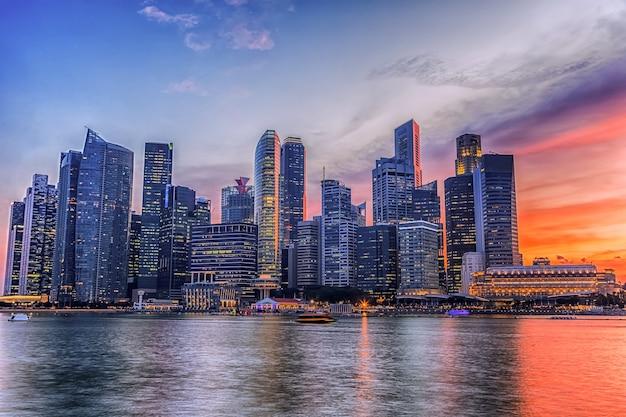 Horizonte de cingapura no céu da noite.