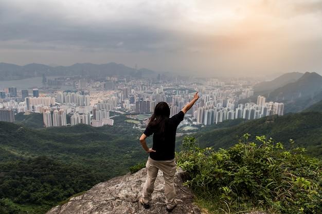 Horizonte de hong kong kowloon do pôr do sol na colina fei ngo shan