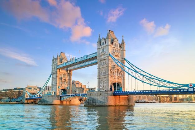 Horizonte de londres com a tower bridge ao entardecer no reino unido.
