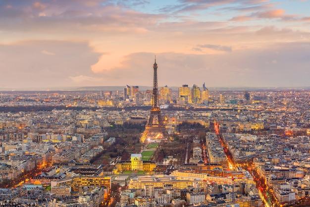 Horizonte de paris com a torre eiffel ao pôr do sol na frança vista de cima