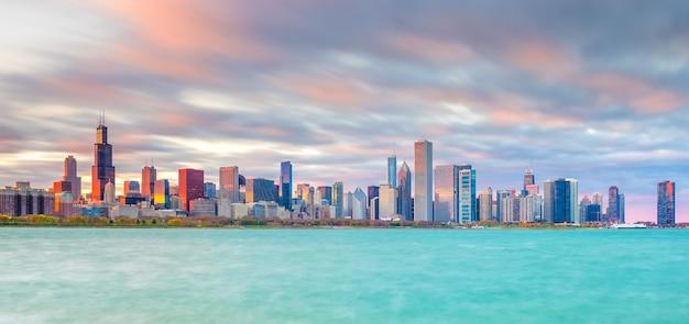 Horizonte do centro de chicago ao pôr do sol em illinois, eua