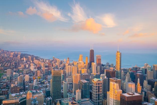 Horizonte do centro de chicago visto de cima nos eua ao pôr do sol