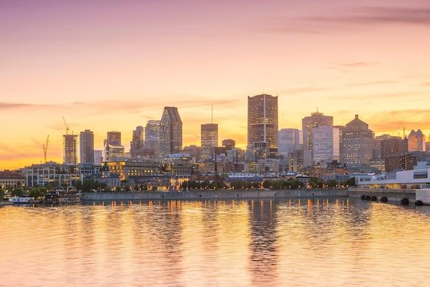 Horizonte do centro de montreal ao pôr do sol no canadá
