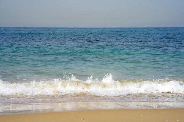 Horizonte do mar em um dia ensolarado de verão