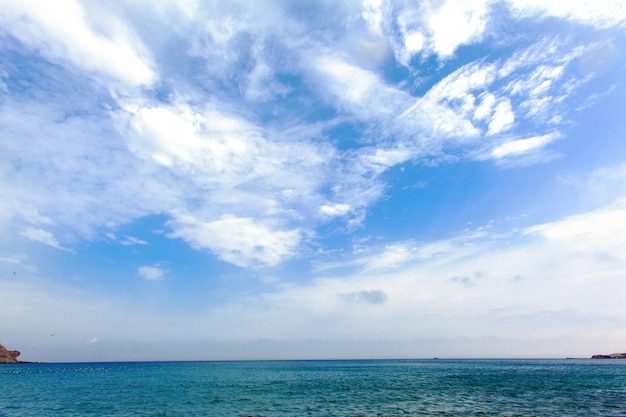 Horizonte do mar. oceano e céu. panorama bonito do seascape.
