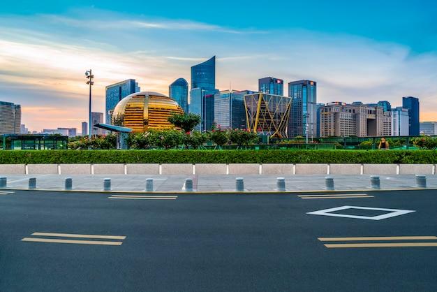 Horizonte do pavimento asfáltico e paisagem noturna da cidade nova de qianjiang em hangzhou