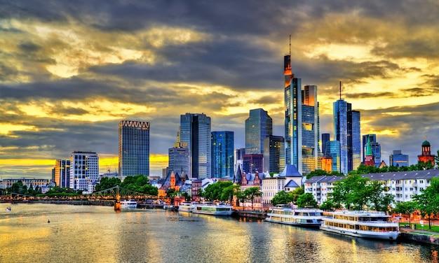 Horizonte do pôr do sol em frankfurt acima do rio meno, na alemanha