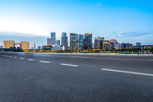 Horizonte e paisagem arquitetônica de pavimentadores de estrada de alcatrão