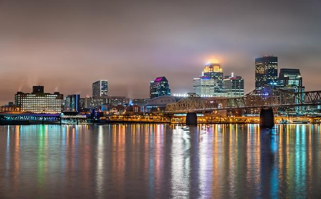 Horizonte noturno de louisville, kentucky, sobre o rio ohio, nos estados unidos