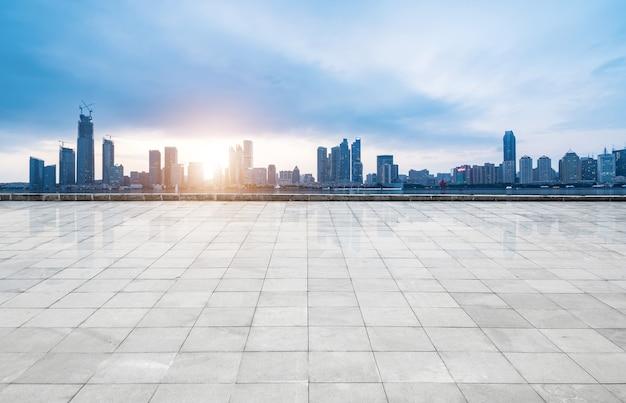 Horizonte panorâmico e edifícios com piso quadrado de concreto vazio, qingdao, china