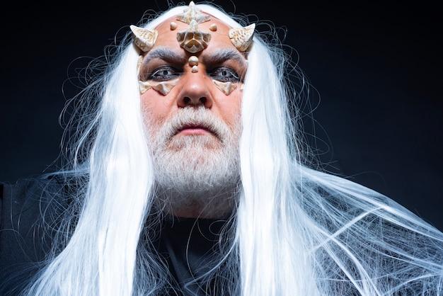 Horror com assustador halloween homem viking com cabeça com chifres demônio no inferno com chifres sangrentos no ...