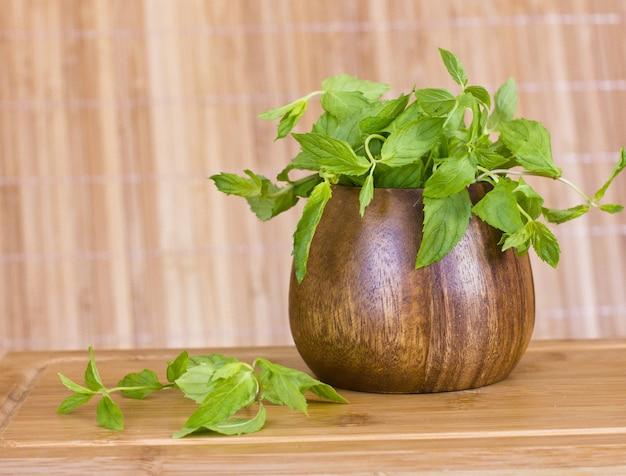 Hortelã fresca em uma tigela de madeira marrom na mesa