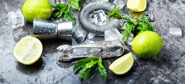 Hortelã, limão, ingredientes de gelo e utensílios de bar