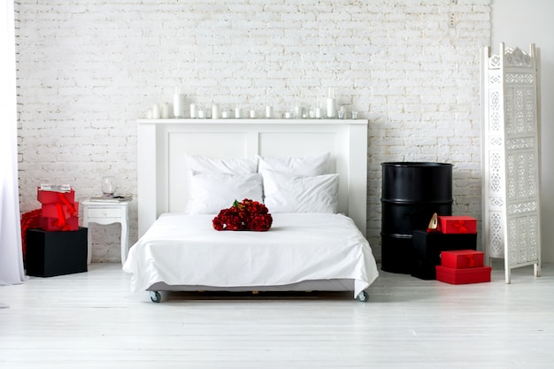 Hortênsia é vermelha em uma cama branca