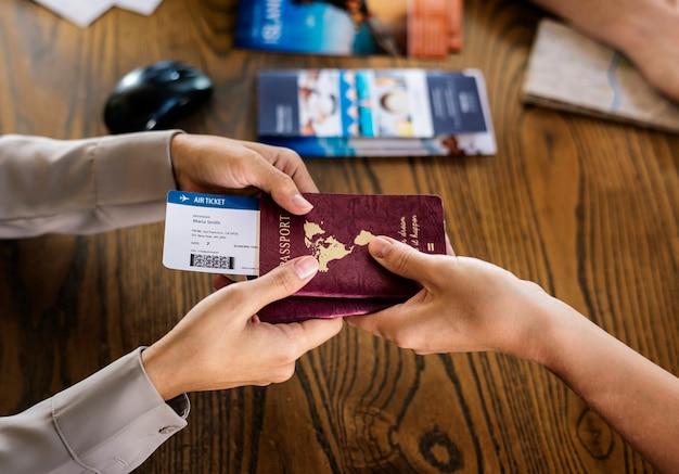 Hóspedes que fazem check-in em um resort