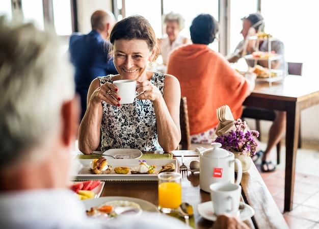 Hóspedes tomando café da manhã no hotel