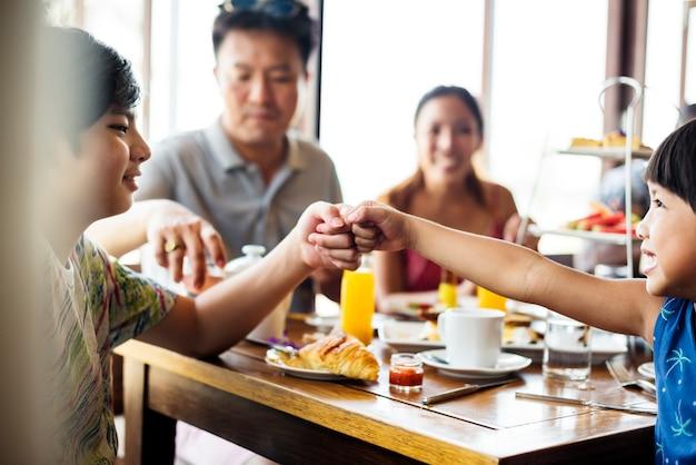 Hóspedes tomando café da manhã no restaurante do hotel
