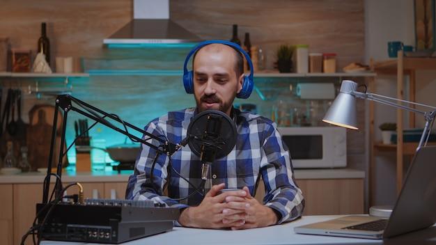 Host de streaming de programas online usando equipamento profissional. programa on-line criativo produção no ar, transmissão pela internet, transmissão de conteúdo ao vivo, gravação de comunicação em mídia social digital