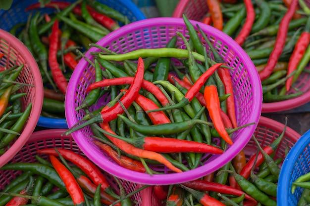Hot chilli paprika (chilli padi, pimenta olho de pássaro, pimenta de pássaro, pimenta tailandesa) em uma cesta no mercado de tailândia