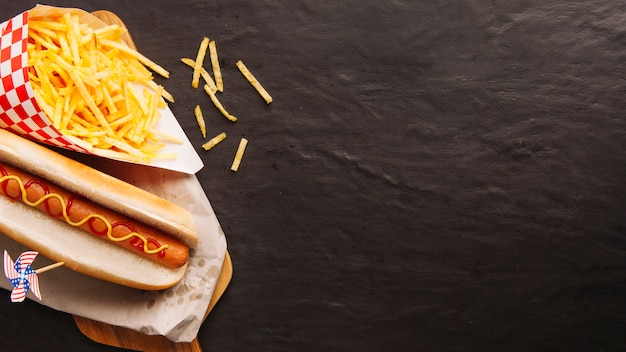 Hot dog, chips e espaço à direita