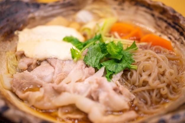 Hot pot japonês suki é um alimento popular para a temporada de inverno