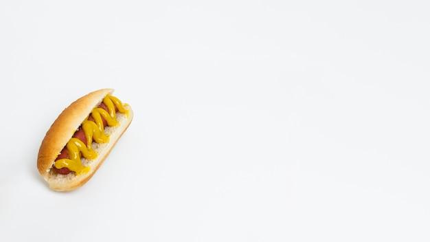 Hotdog com mostarda e espaço de cópia